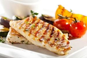 Fisch und Gemüse auf einem Teller