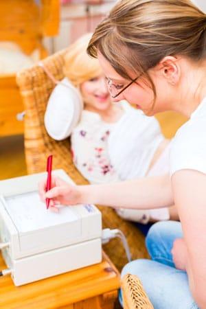 Frauenärztin macht ein CTG während der Schwangerschaft