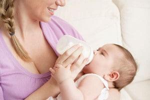 Mutter gibt Baby das Fläschchen