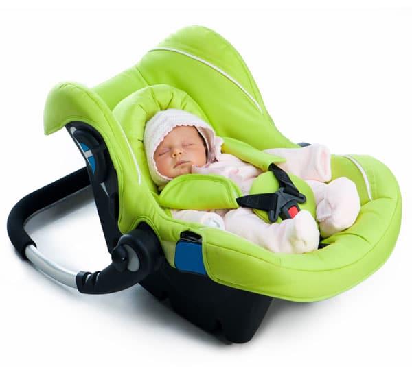 Neugeborenes angeschnallt im Maxi Cosi