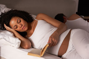Schwangere mit einschlafproblemen liest ein Buch