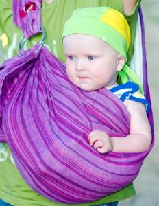 Baby im Ring Sling von der Mutter getragen
