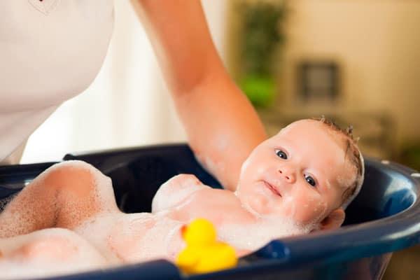 Baby wird gebadet