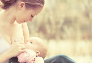 baby stillen in der Natur