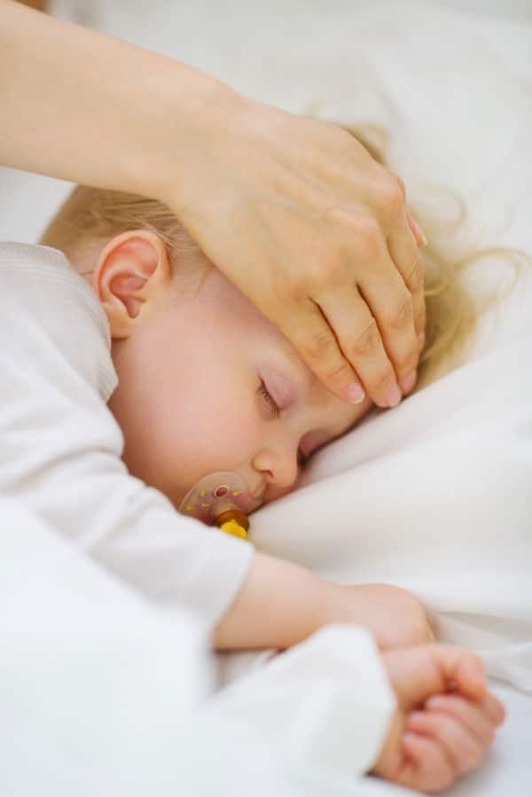 Krankes Kind mit Fieber schläft
