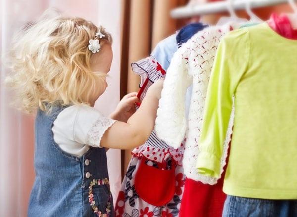 Mädchen sucht sich Kleider aus