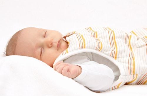 schlafendes Baby mit Kinderschlafsack