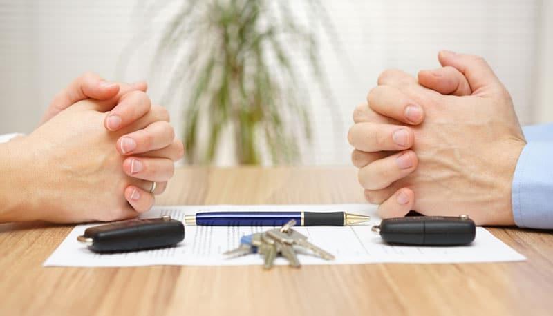 Eltern verhandeln über ihre Scheidung und Unterhalt
