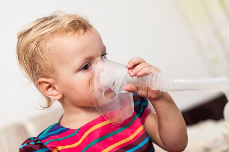 Kind mit einem Inhalator