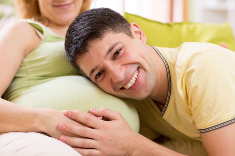 Eltern warten auf die Geburt des Babys