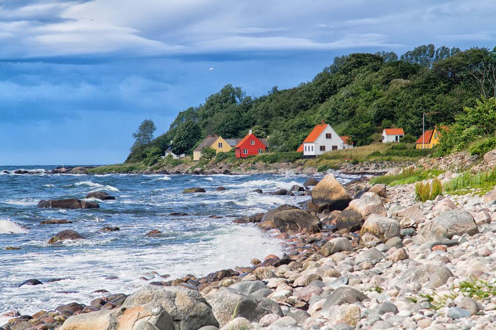 Küste von Dänemark mit Ferienhäusern